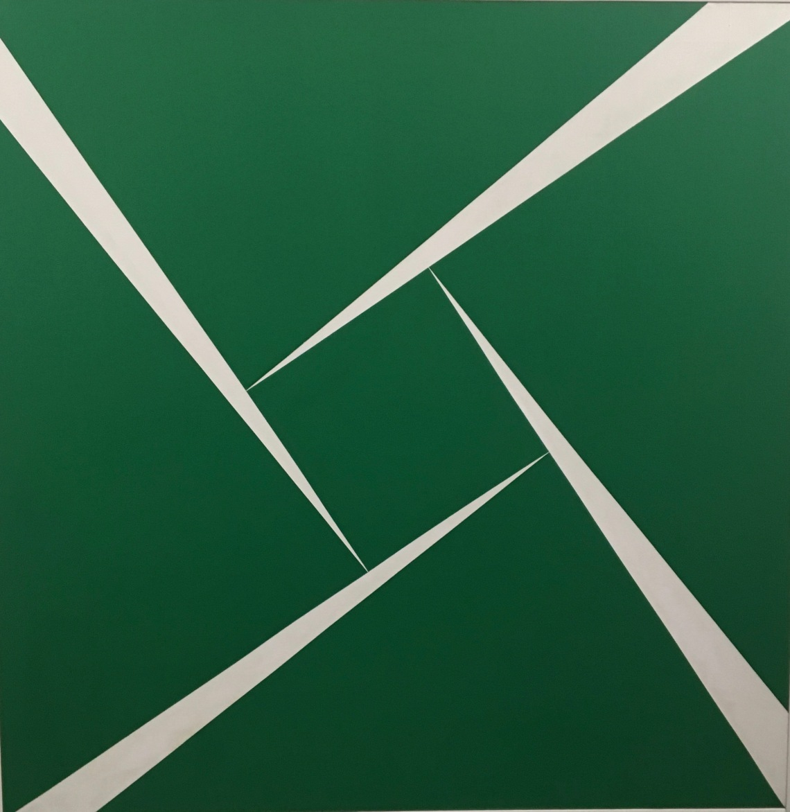 4. Géométries Sud. Carmen Herrera, Green and white, 1956, huile sur toile 124,5 x 124, 5 cm. Collection Ella Fontanals-Cisneros Miami,
